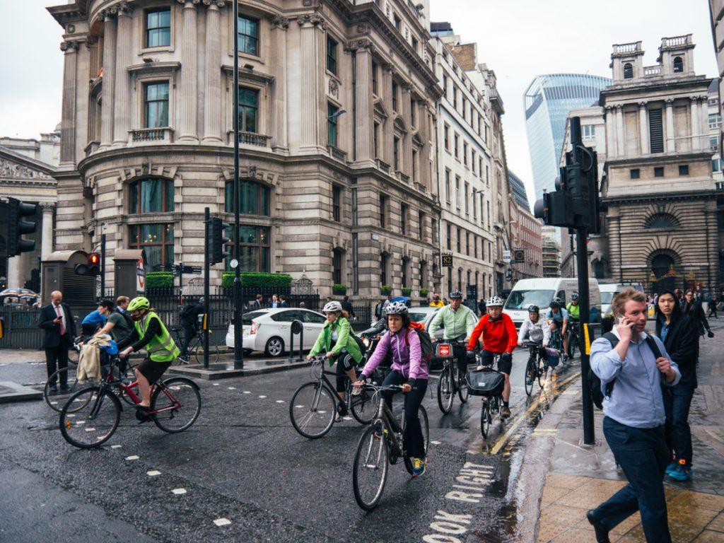 Fahrradfahrer in London auf dem Weg zur Arbeit